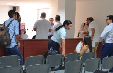 Los procesados y abogados en la fallida audiencia.