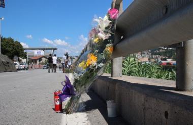 Decenas de ciudadanos en Génova se acercan a parte de la estructura caída para depositar flores en honor de las víctimas.