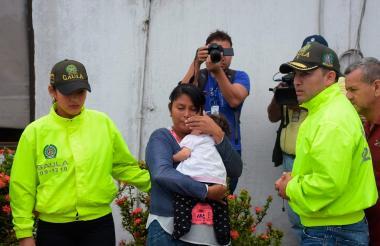 Wendy María Castro Betancourt cargando a su hija.