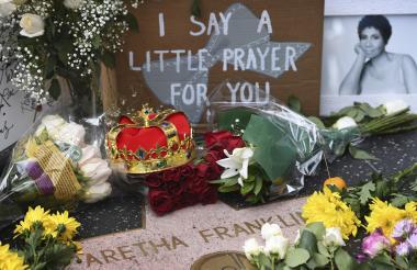 Flores y mensajes que han colocado los seguidores de Aretha Franklin sobre su estrella en el paseo de la fama de Hollywood.