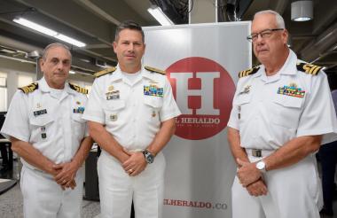 El capitán Anwar María (izq.), el contralmirante Juan Ricardo Rozo y el capitán Carlos Lindemeyer.