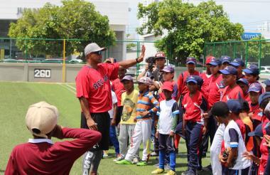 Orlando Cabrera en una charla con chicos peloteros.