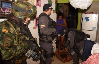 Uniformados del Ejército y CTI en el procedimiento de captura de José Gregorio Bolaño, alias 'Goyo'.