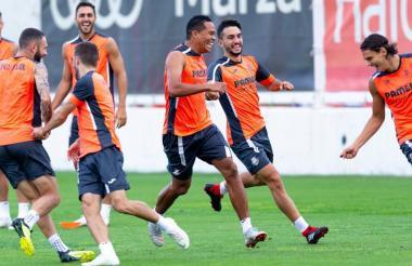 Carlos Bacca alegre durante la práctica de ayer.