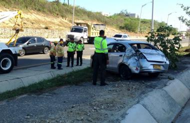 Uniformados de la Policía de Tránsito junto a uno de los vehículos involucrados en el accidente.