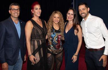 Shakira junto a los miembros de la red LCI Education, el 8 de agosto en Montreal, Canadá, previo a su concierto en esa ciudad.