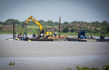 Dos barcazas realizan la operación de rescate de la draga Puerta de Oro, hundida en el Río.