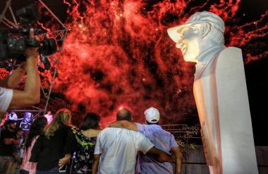 El alcalde Alejandro Char, Katia Nule y el exrector del Evardo Turizo observan los juegos pirotécnicos luego de la develación del busto eh honor del mandatario.