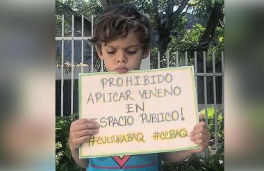 Sebastián mostrando el pequeño cartel.