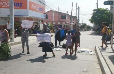 Vecinos protestando por la falta de energía.