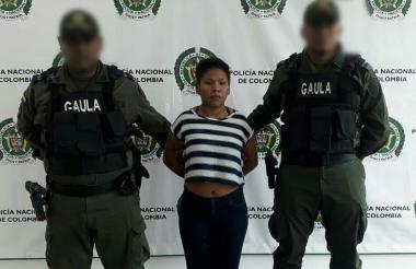 Keila Paola García García es custodiada por dos uniformados de la Policía.