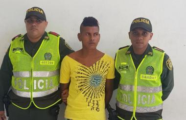 Dos uniformados custodian a alias Guasón.