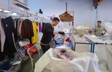 En una tienda, en el corazón comercial de Sídney, sus clientes toman prendas prestadas que pagan con una módica cuota mensual.