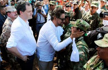 'Iván Márquez' saluda a una mujer.