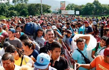 Venezolanos atraviesan de forma masiva las fronteras de su país hacia Colombia.