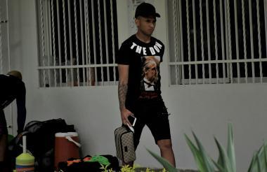 Jarlan Barrera saliendo de la sede Adelita de Char.