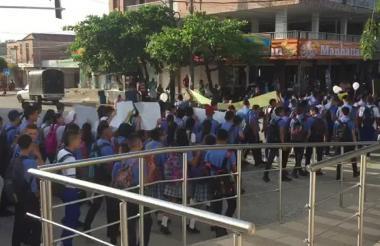 Estudiantes de la institución educativa Juan José Nieto de Baranoa marcharon este jueves por algunos sectores de la población exigiéndoles a las autoridades la captura de los tres individuos que estarían involucrados en el hecho.