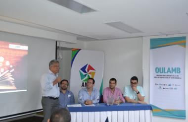 Alfredo Reyes habla sobre la convocatoria. Lo escuchan el director del AMB, Jaime Berdugo (centro), y otros delegados del Observatorio Urbano Local.