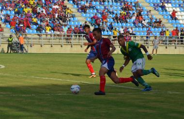 Ricardo Márquez conduciendo el balón en el juego ante el Deportes Quindío.