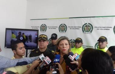 El coronel Henry Jiménez y la directora de Fiscalías, Ángela Bedoya, en rueda de prensa este viernes.