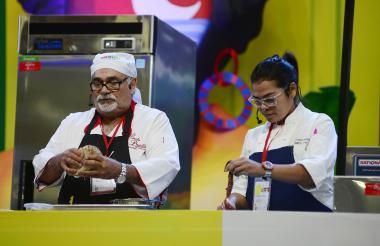 El chef samario Rafael 'Pincho' Padilla y su hija, Carmen Padilla, en la tarima principal del evento.