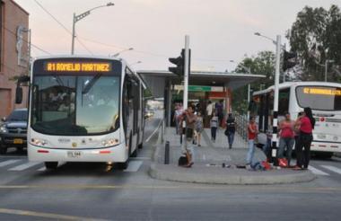 Un bus de Transmetro circula por la carrera 46.