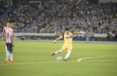 Momento en que Sebastián Viera ejecuta el tiro libre que terminó en el fondo de la red.