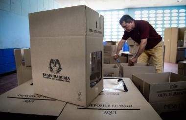 Personal de la Registraduría prepara montaje de urnas para la Consulta Anticorrupción.