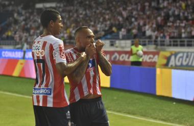 Jarlan Barrera besando la camiseta en el festejo del gol de Luis Díaz.