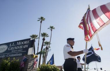David Carrasco monta guardia de honor a la entrada del sitio en donde está siendo velado en Phoenix (Arizona).
