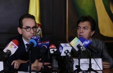 Rueda de prensa del ministro de Agricultura, Andrés Valencia (izq) y el gerente de la Federación Nacional de Cafeteros, Roberto Vélez.