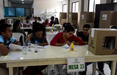 Panorama de la mesa 23 del colegio Francisco de Paula Santander, en Galapa.