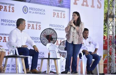 Karen Abudinen entrega un informe al presidente Iván Duque durante Construyendo País, el encuentro semanal con la comunidad.