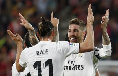 Gareth Bale recibe la felicitación de Sergio Ramos tras marcar su gol.