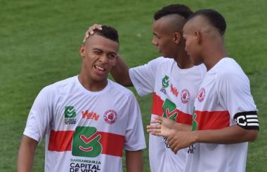Manuel Manga es felicitado por sus compañeros al anotar el cuarto gol.