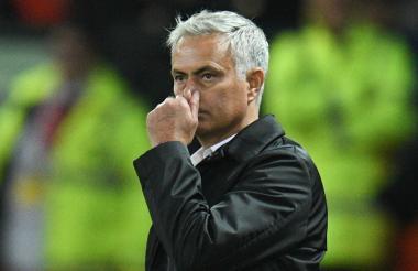 José Mourinho, técnico del Manchester United refleja su preocupación en medio de la derrota 3-0 ante Tottenham.