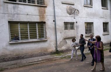 Representantes de la Asociación Europea de Psiquiatría (EPA) inspeccionan las instalaciones en el hospital psiquiátrico de Kurilo, cerca de Sofía.