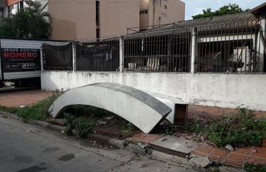 Hasta en los andenes han dejado materiales en este sector del El Prado.