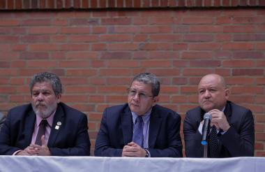 Marcos Calarca, Pablo Catatumbo y Carlos Lozada este martes en el Consejo Nacional Electoral en donde radicaron la declaratoria de oposición al gobierno Duque.