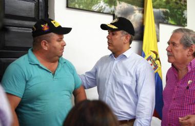 El presidente Duque le da la bienvenida al comerciante Floriberto Díaz tras su liberación.
