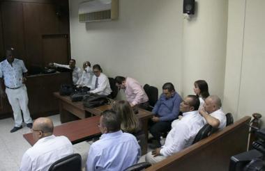 Los políticos locales en la sala de Justicia y Paz, acompañados por sus abogados.