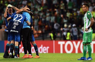 Jugadores de Tucumán festejan el paso, ante la mirada de Dayro Moreno.