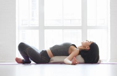 La savasana o posición del muerto es una de las posturas que alivia el dolor de espalda.