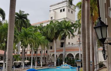 Al fondo se observa la torre recuperada del Hotel El Prado.