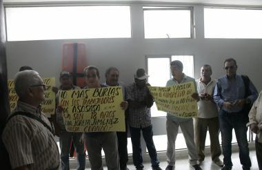 Extrabajadores durante la protesta en la Gobernación.