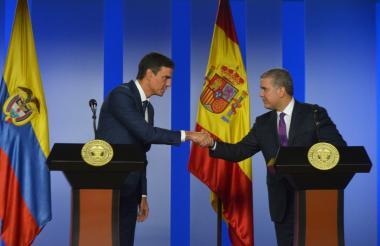 El presidente Iván Duque y el jefe del gobierno español, Pedro Sánchez, estrechan sus manos antes de comenzar el encuentro oficial en la Casa de Nariño.