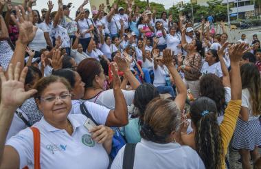 Madres comunitarias protestan en la Catedral metropolitanda de Barranquilla.