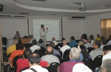 Camilo Quintero, ex director de la Creg, explica a los trabajadores el nuevo esquema tarifario.