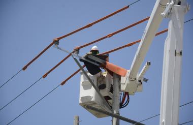 Funcionarios de Electricaribe trabajando.