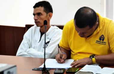 Hanner Ospino López (izquierda) cuando fue presentado ante un juez de control de garantías tras ser capturado.